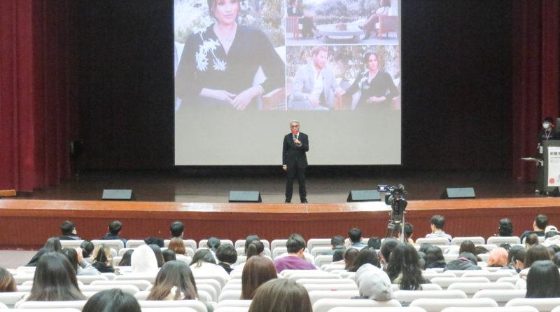 8K投影技術於新聞系周會首亮相 副校長楊盛昱:新聞是有溫度的